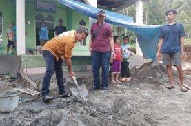 Andi Utta Gotong Royong Bersama Warga Lakukan Pekerjaan Pembangunan Masjid