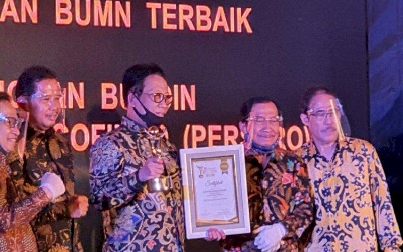 RAIH PENGHARGAAN. Direktur Utama PT Sucofindo (Persero), Bachder Djohan Buddin (tengah), meraih penghargaan The Best CEO for Driving Execution dari 12 orang The Best CEO lainnya dalam ajang Anugerah BUMN ke-9 2020 di Jakarta, Kamis (9/7/2020). foto: istimewa