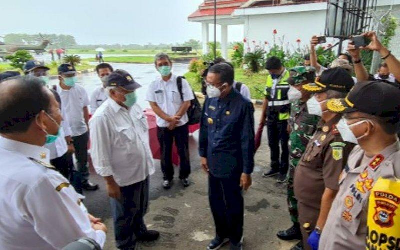 KUNJUNGAN KERJA. Gubernur Sulsel HM Nurdin Abdullah menjemput Menteri PUPR BasukiHadimuljono saat tiba di Bandara Buah Palopo, Kamis (16/7/2020). foto: istimewa