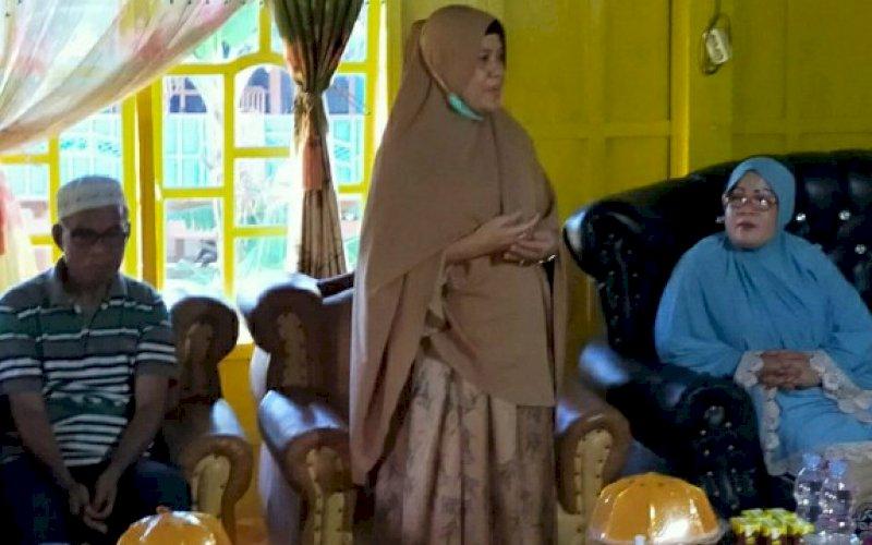 RESES. Anggota DPR RI, drg Hj Hasnah Syam MARS, memberikan pengarahan kepada masyarakat pada saat melakukan reses di Kabupaten Barru, Minggu (19/7/2020). foto: istimewa