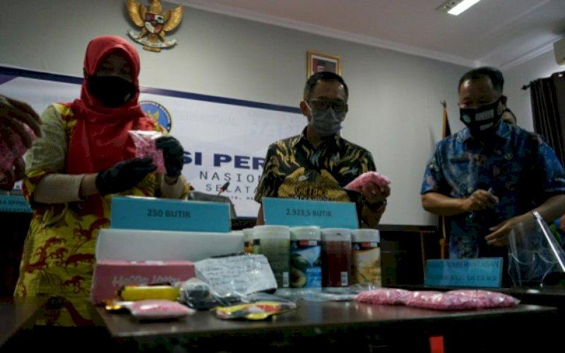 BARANG BUKTI. Kepala BNNP Sulsel, Brigjen Pol Idris Kadir (tengah), memperlihatkan sejumlah barang bukti pengungkapan upaya peredaran narkotika di wilayah Sulsel di kantornya, Jumat (24/7/2020). foto: doelbeckz/pluz.