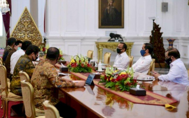 PIMPIN RAPAT. Bapak Presiden Joko Widodo rapat bersama beberapa menteri dan menandatangani Perpres terkait penanganan Covid-19 dan pemulihan ekonomi nasional, Senin (20/2020). foto: istimewa