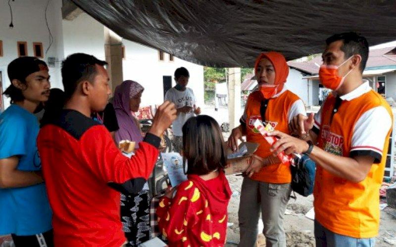 BERI BANTUAN. Perwakilan PT Kalbe Farma Tbk (Kalbe) memberikan bantuan kepada korban bencana banjir di Kabupaten Luwu Utara, Selasa (28/7/2020). foto: istimewa