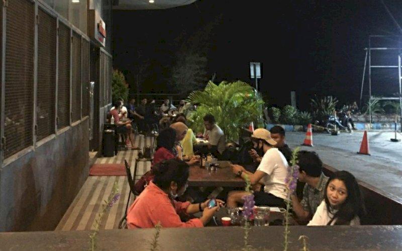BERSANTAI. Sejumlah pengunjung bersantai di salah satu tenan outdoor di Phinisi Point Makassar, Jumat (3/7/2020) malam. foto: istimewa.