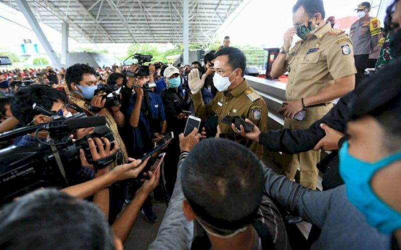 Pj Wali Kota Makassar, Rudy Djamaluddin, memberikan keterangan kepada media di Lapangan Karebosi Makassar, Senin (6/7/2020). foto: istimewa.