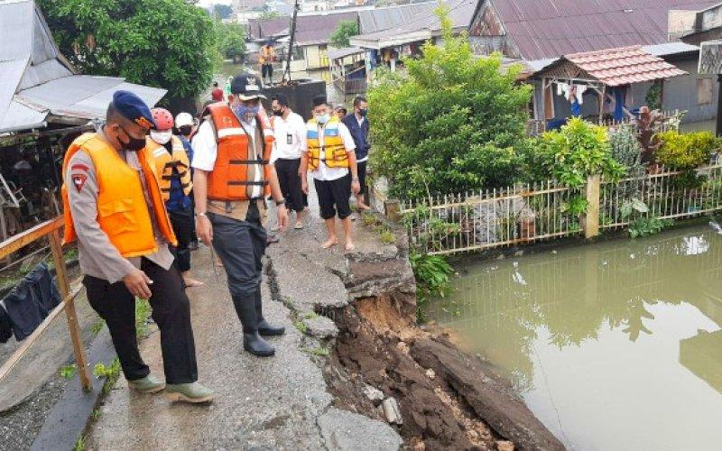 TINJAU LOKASI. Tim SAR Brimob bersama Pemkab Wajo memantau lokasi dampak meluapnya air Danau Tempe, Kabupaten Wajo, Rabu (15/7/2020). foto: istimewa
