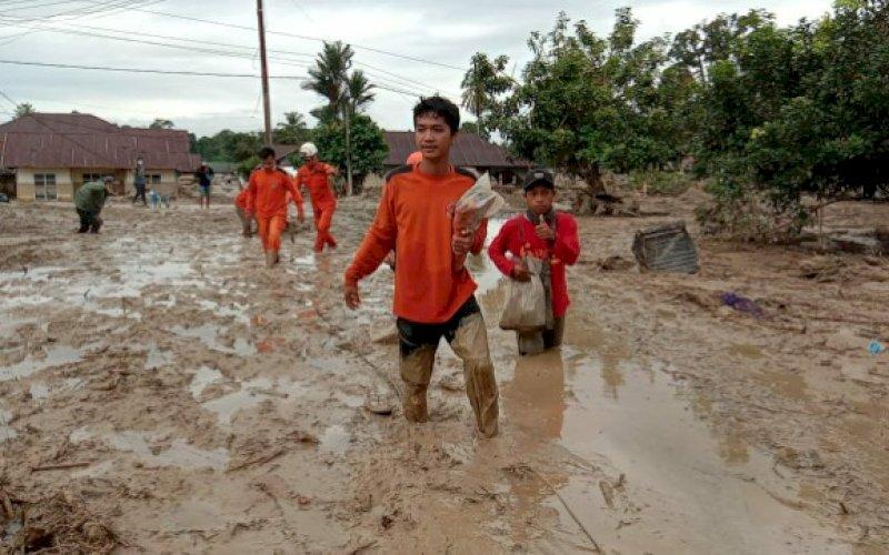 PENCARIAN KORBAN. Anggota tim SAR gabungan melakukan pencarian terhadap korban yang tertimpa musibah bencana banjir bandang di daerah Masamba, Kabupaten Luwu Utara, Kamis (16/7/2020). foto: istimewa