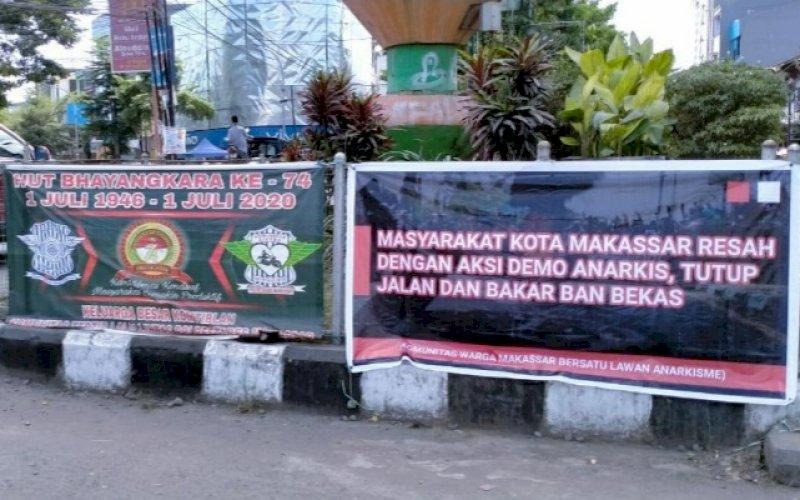 TOLAK ANARKISME. Salah satu spanduk tolak aksi anarkisme mahasiswa terpasang di pertigaan Jl Veteran menuju Jl Sultan Alauddin, Kota Makassar, terekam, Sabtu (25/7/2020). foto: istimewa