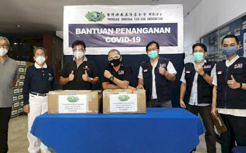 PENYERAHAN BANTUAN. Yayasan Buddha Tzu Chi Indonesia menyerahkan bantuan penangan Covid-19 kepada Ikatan Dokter Indonesia (IDI ) Kota Makassar. foto: istimewa