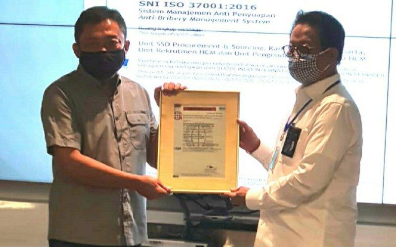 PENYERAHAN SERTIFIKAT. Direktur Utama Sucofindo Bachder Djohan Buddin (kanan) menyerahkan sertifikat SNI ISO 37001: 2016 kepada Direktur Utama Telkom Ririek Adriansyah di Telkom Landmark Tower, Gatot Soebroto, Jakarta Selatan, Kamis (13/8/2020). foto: istimewa