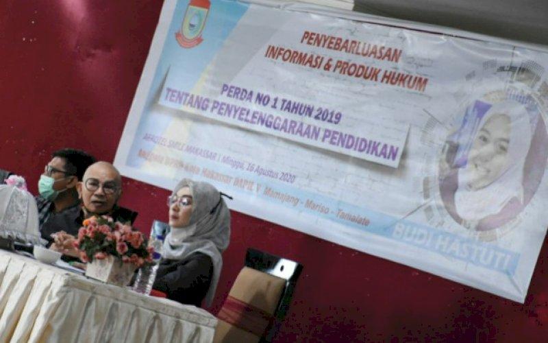 SOSIALISASI PERDA. Anggota DPRD Kota Makassar, Budi Hastuti, melaksanakan kegiatan sosialisasi penyebarluasan dan informasi produk hukum daerah Kota Makassar di Hotel Aerotel Smile Makassar, Minggu (16/8/2020). foto: istimewa