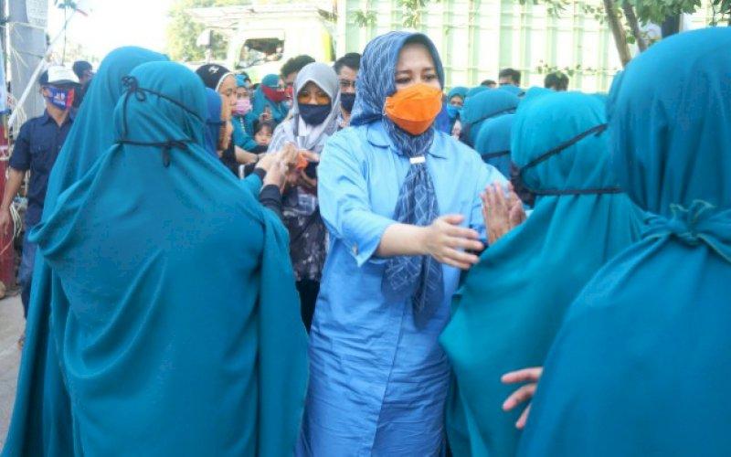 DISAMBUT WARGA. Kandidat Wakil Walikota Makassar, Fatmawati Rusdi, mendapatkan sambutan luar biasa dari warga di sela-sela mappatabe', memohon doa, restu dan dukungan berbagai lapisan masyarakat. foto: istimewa