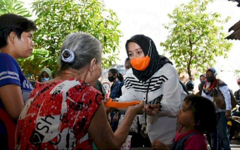 SAPA WARGA. Kandidat Wakil Wali Kota Makassar, Hj Fatmawati Rusdi, menyapa warga dengan memberikan masker saat masuk lorong-lorong di Kelurahan Baraya, Rabu (5/8/2020). foto: istimewa