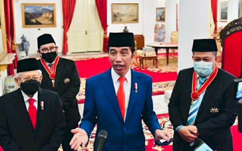 BERI KETERANGAN. Presiden Joko Widodo memberikan keterangan selepas upacara penganugerahan di Istana Merdeka, Jakarta, Kamis (13/8/2020). foto: istimewa