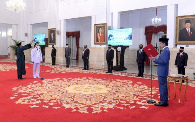 PELANTIKAN. Presiden Joko Widodo (Jokowi) dan Gubernur Kepulauan Riau Isdianto di sela-sela pelantikan di Istana Presiden, 27 Juli 2020 lalu. foto: istimewa