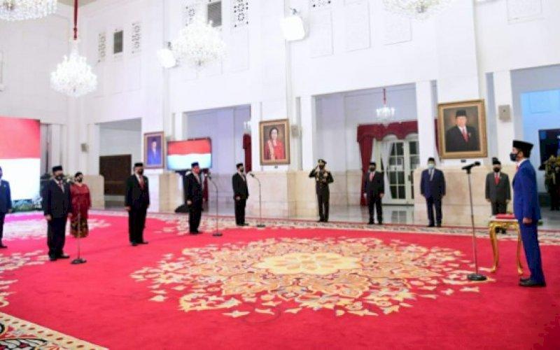 PELANTIKAN. Presiden Joko Widodo melantik sembilan anggota Komisi Kepolisian Nasional (Kompolnas) masa bakti 2020-2024 di Istana Negara, Jakarta- Rabu (19/8/2020). foto: setpres