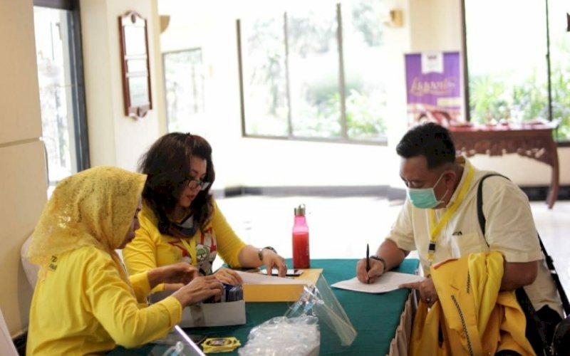 REGISTRASI. Peserta Musda X DPD I Partai Golkar melalukan registrasi kepesertaan jelang pembukaan yang digelar pukul 19.30 WIB malam ini, Kamis (6/8/2020) di The Hotel Sultan and Residence, Jakarta Pusat. foto: istimewa
