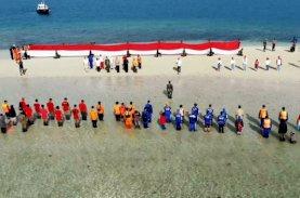 Brimob Bone Terlibat Pembentangan Bendera Merah Putih di Gusung Tangkulara