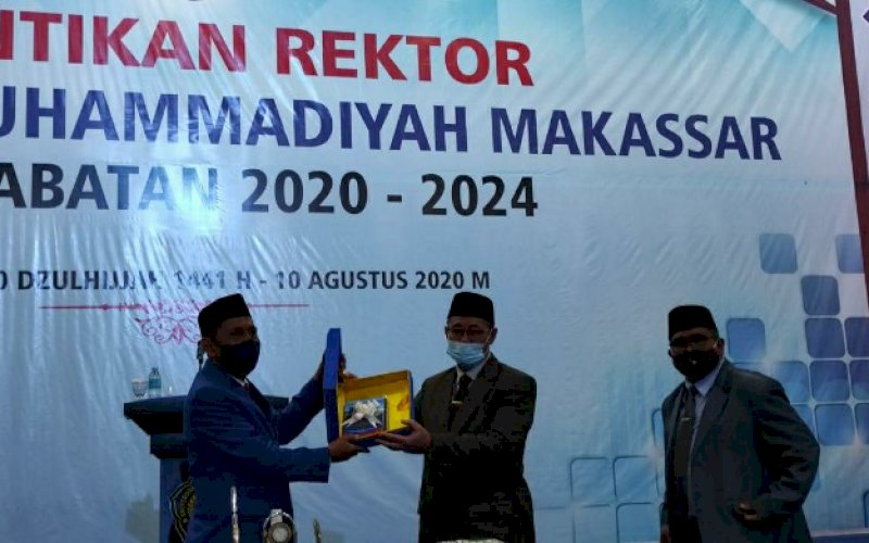 PELANTIKAN. Prof Dr H Ambo Asse MAg dilantik sebagai Rektor Unismuh Makassar periode 2020-2024 di Balai Sidang Unismuh Makassar, Jl Sultan Alauddin, Makassar, Senin (10/8/2020). foto: istimewa