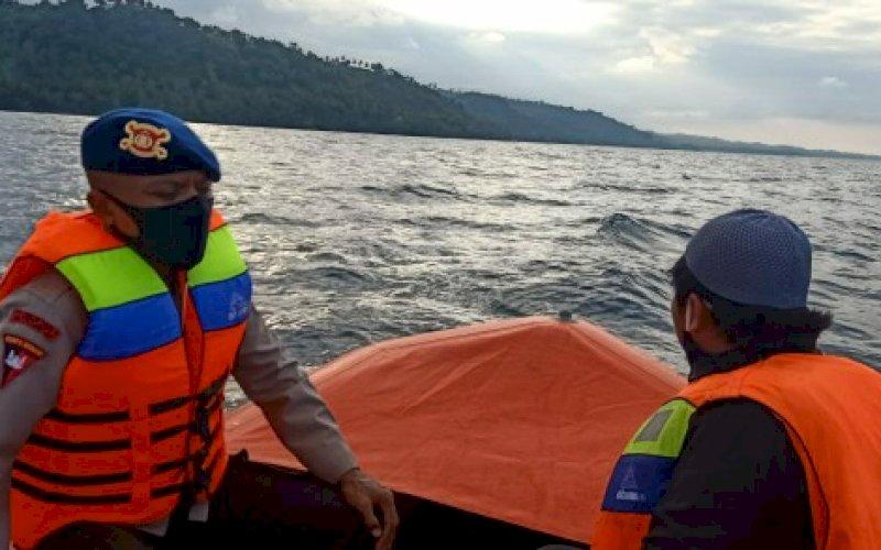 PENCARIAN. SAR Brimob Batalyon C Pelopor Satbrimob Polda Sulsel melakukan pencarian terhadap ABK KMN Tuna King yang hilang di perairan Kassi, Kabupaten Sinjai, Jumat (7/8/2020). foto: istimewa