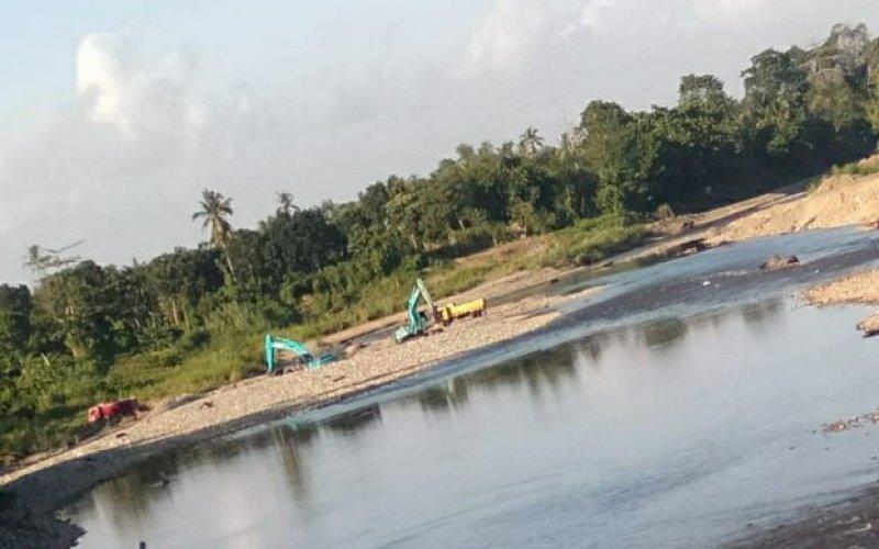 AKTIVITAS TAMBANG. Aktivitas tambang galian C di Sungai Bila, Kecamatan Pitu Riase, Kabupaten Sidrap, masih terus beroperasi hingga saat ini, Sabtu (22/08/2020). foto: istimewa