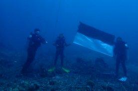 Upacara Bendera di Bawah Laut Teluk Bone