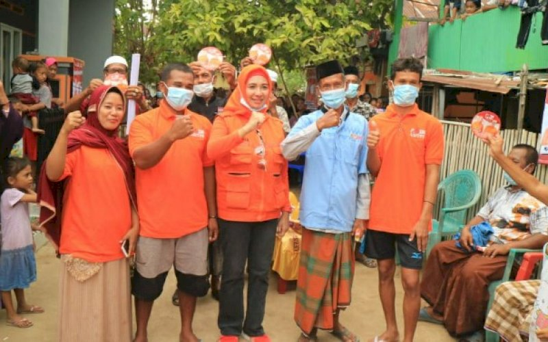 DISAMBUT WARGA. Bakal calon Bupati Pangkep, Andi Nirawati, disambut meriah saat memenuhi undangan warga di Pulau Podang-podang, Pangkep, Minggu (20/9/2020). foto: istimewa