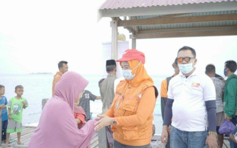 DISAMBUT WARGA. Bakal calon Bupati Pangkep Andi Nirawati disambut warga saat mengunjungi salah satu pulau di Pangkep. foto: istimewa