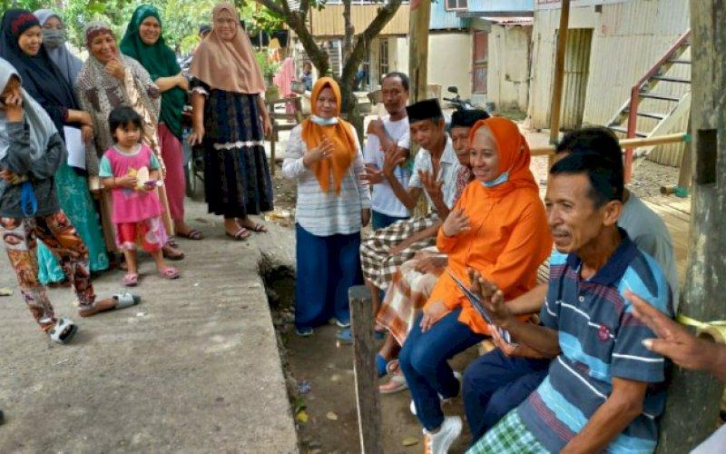 SILATURAHMI. Calon Bupati Pangkep, Andi Nirawati, saat bersilaturahmi dengan warga Kampung Bontojae, Kelurahan Sibatua, Kecamatan Pangkajene, Minggu (27/9/2020). foto: istimewa