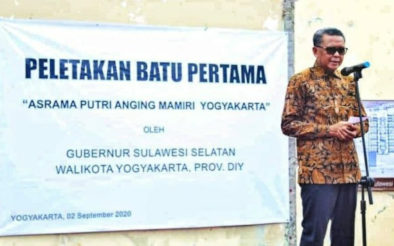 PEMBANGUNAN ASRAMA. Gubernur Sulsel, HM Nurdin Abdullah, melakukan peletakan batu pertama pembangunan Asrama Putri Sulsel 'Anging Mammiri' di Provinsi Daerah Istimewa Yogyakarta, Rabu (2/9/2020). foto: istimewa