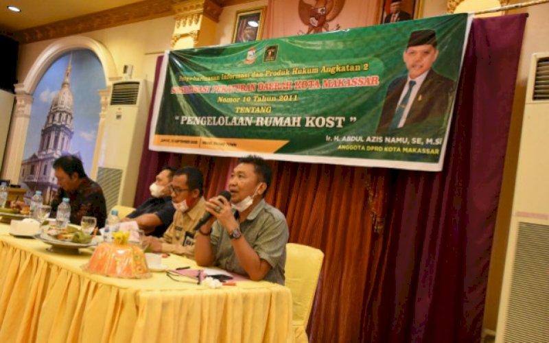 SOSIALISASI. Legislator DPRD Kota Makassar, Aziz Namu, melakukan sosialisasi Perda Nomor 10 Tahun 2011 tentang Pengelolaan Rumah Kost di Hotel Grand Town Makassar, Jumat (25/9/2020). foto: istimewa