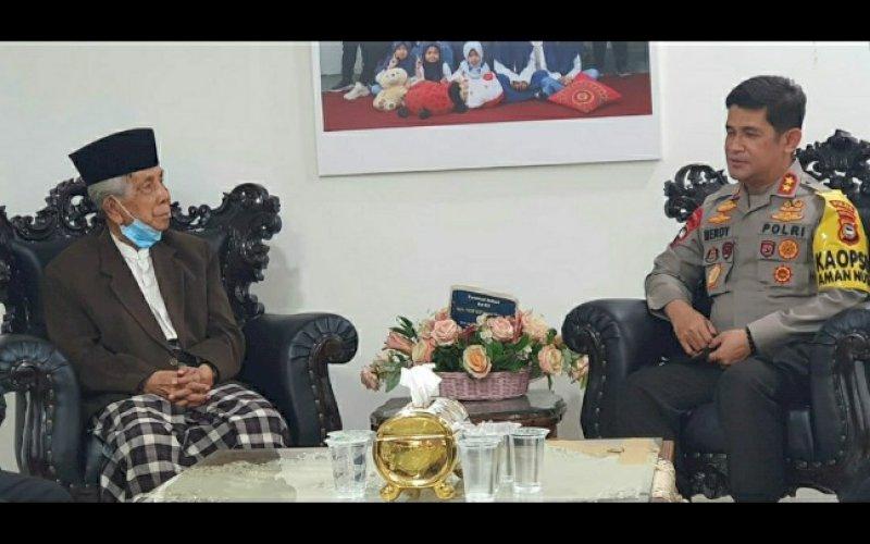 SILATURAHMI. Kapolda Sulsel Irjen Pol Merdisyam melakukan kunjungan ke pimpinan MUI Sulsel AGH Sanusi Baco, Senin (7/9/2020). foto: istimewa