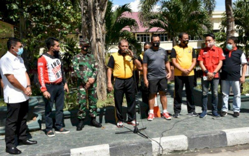 PELEPASAN. Kapolda Sulawesi Tengah, Irjen Pol Drs Abdul Rakhman Baso SH (tengah), saat melepas kegiatan bakti sosial komunitas otomotif peduli Covid-19 di depan Mapolda Sulteng, Jumat (25/9/2020) pagi. foto: istimewa