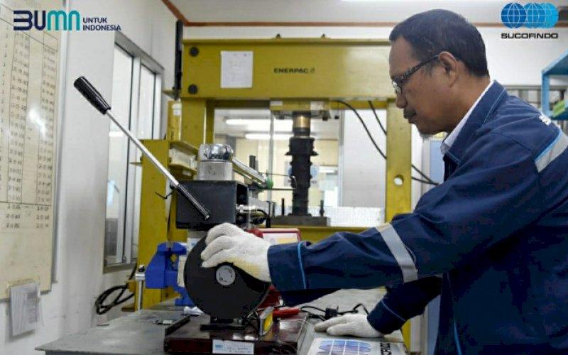 DAYA SAING. Seorang petugas bekerja di laboratorium Sucofindo. Perusaan BUMN ini, mendukung peningkatan daya saing industri melalui kalibrasi peralatan operasi secara berkala. foto: istimewa