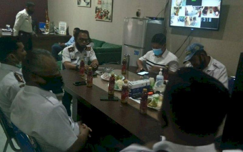 KUNJUNGAN KERJA. Camat Mariso Harun Rani menerima kunjungan kerja Direktur Operasional PD Pasar Makassar Raya Kota Makassar Saharauddin Ridwan di Kantor Camat Mariso, Rabu (2/9/2020). foto: istimewa