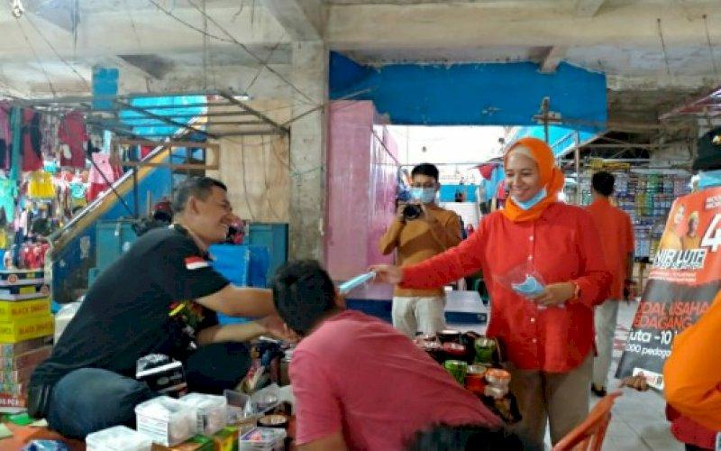 BAGI MASKER. Calon Bupati Pangkep nomor urut 4, Andi Nirawati bagi-bagi masker untuk pengunjung dan pedagang di Pasar Pangkajene, Minggu (4/10/2020). foto: istimewa