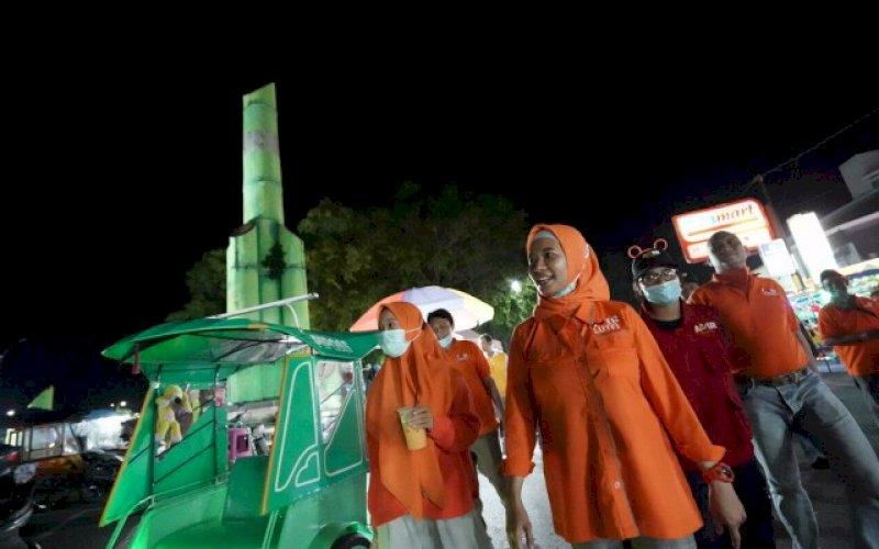 BERJALAN KAKI. Calon Bupati Pangkep, Andi Nirawati, berjalan kaki menyusuri jalanan di Pangkep melalukan sisialisasi. foto: istimewa