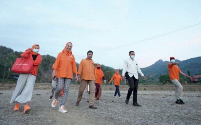 KUNJUNGAN. Calon Bupati Pangkep, Andi Nirawati, bersama timnya berjalan kaki melakukan kunjungan ke kampung-kampung. foto: istimewa