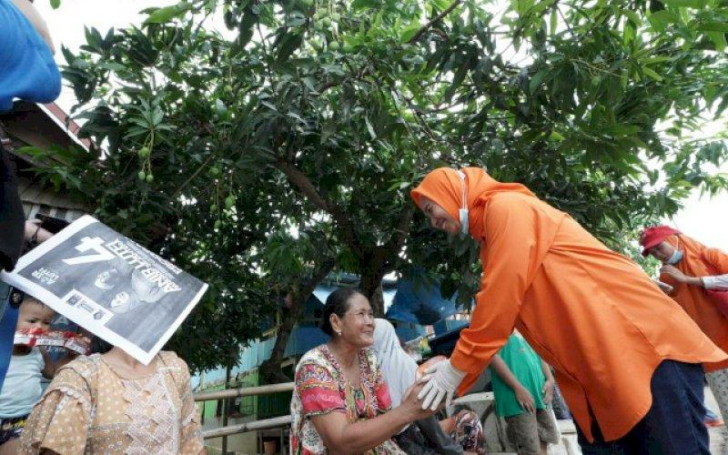 RAMAH. Calon Bupati Pangkep, Andi Nirawati, menyalami warga di pinggir jalan. foto: istimewa