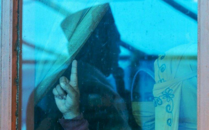 DUKUNGAN. Seorang warga menaikkan satu jarinya saat calon Bupati Maros, Andi Tajerimin berorasi di Desa Labuaja, Kecamatan Cenrana, Kabupaten Maros, Jumat (16/10/2020). foto: istimewa