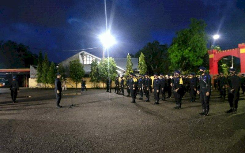 APEL. Danyon C Pelopor Satbrimob Polda Sulsel Kompol Nur Ichsan memimpin apel pemberangkatan personel ke Makassar, Jumat (9/10/2020) dini hari. foto: istimewa