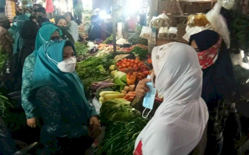 MASUK PASAR. Istri Gubernur Sulsel, Liestiaty F Nurdin, saat mengunjungi Pasar Maricaya, Kota Makassar, Kamis (8/10/2020). foto: istimewa