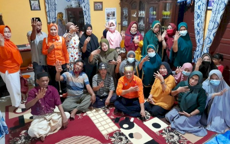 BERSAMA WARGA. Calon Wakil Bupati Pangkep, Lutfi Hanafi bersama warga Pandang Lau, Kelurahan Tekolabbua, Kecamatan Pangkajene, Kabupaten Pangkep, Kamis (15/10/2020). foto: istimewa