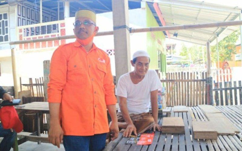 PEDULI. Calon Wakil Bupati Pangkep nomor urut 4, Lutfi Hanafi berama seorang guru mengaji bernama Abdurrahim di Pulau Barang Lompo, Kecamatan Liukang Tupabbiring Selatan, Kamis (8/10/2020). foto: istimewa.