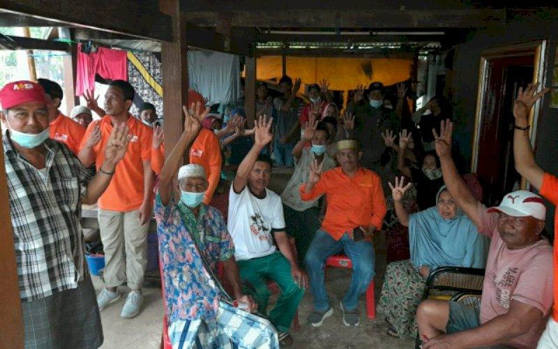 SILATURAHMI. Calon Wakil Bupati Pangkep, Lutfi Hanafi bersilaturahmi dengan warga Kampung Tella-tella, Kelurahan Ma'rang, Kecamatan Ma'rang, Pangkep, Jumat (9/10/2020). foto: istimewa