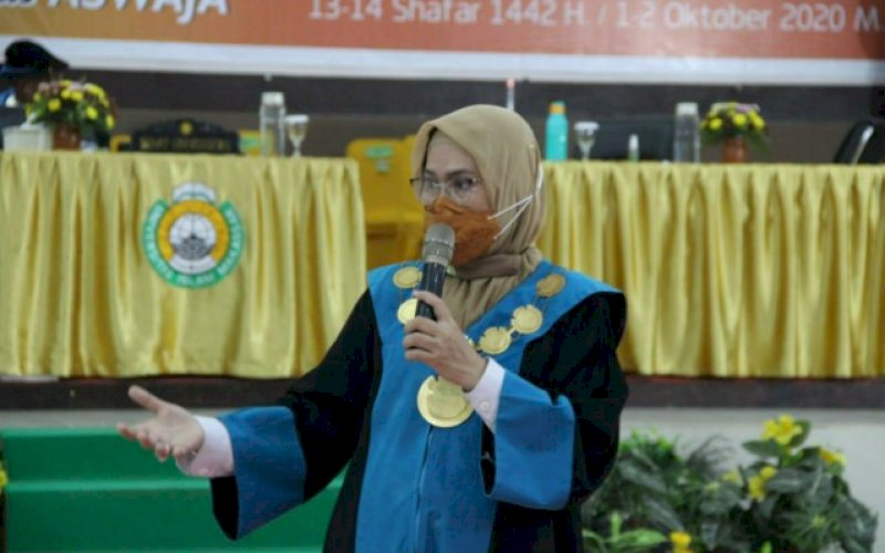 PENYAMBUTAN MABA. Rektor UIM, Dr Ir Hj A Majdah M Zain MSi, memberikan sambutan pada Rapat Senat Terbuka Luar Biasa Penyambutan dan Penerimaan Mahasiswa Baru di Auditorium KH Muhyiddin Zain, Kamis (1/10/2020). foto: istimewa