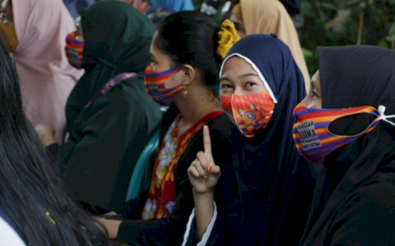 DUKUNGAN. Warga mengangkat satu jari di sela-sela kampanye calon Wakil Wali Kota Makassar, Fatmawati Rusdi di Kecamatan Manggala, Minggu (18/10/2020). foto: istimewa