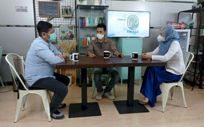TALKSHOW. Direktur Operasional PD Pasar Makassar Raya Kota Makassar, Saharuddin Ridwan (kiri) saat membuka talkshow Kebiasaan Baru, Open Mind Fajar Grup di Ide Kopi Lt1 Graha Pena Makassar, Selasa (27/10/2020). foto: istimewa