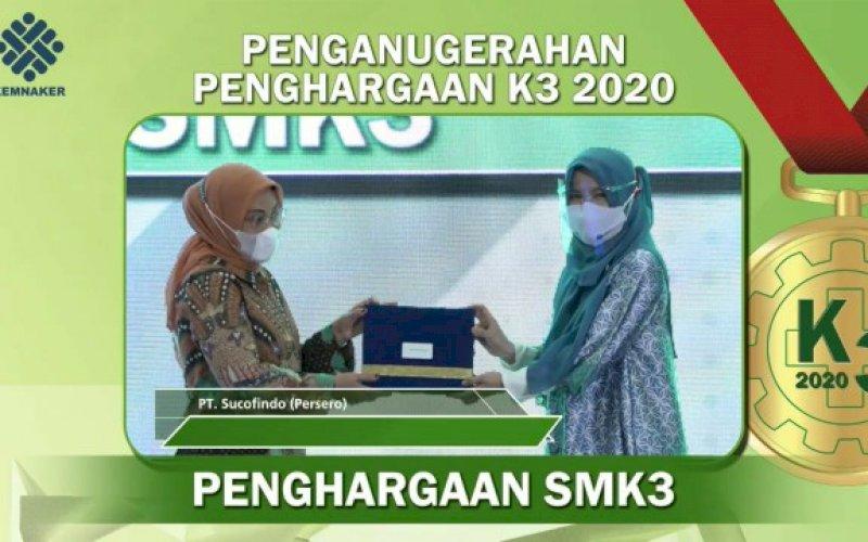 PENGHARGAAN. PT Sucofindo (Persero) menerima penghargaan SMK3 dan Zero Accident dari Kemenaker. foto: istimewa