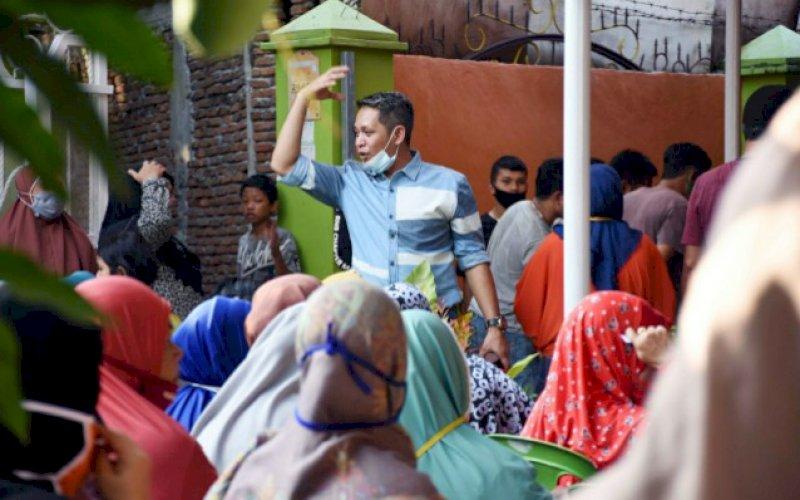 RESES. Anggota DPRD Kota Makassar, Supratman, reses I masa persidangan I tahun 2020-2021 di kawasan Bitoa Lama, Waduk Antang, Kecamatan Manggala, Makassar, Senin (5/10/2020). foto: istimewa